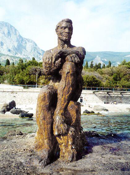 лёша - скульптура сидящего и смотрящего вдаль мужчины на набережной фороса
